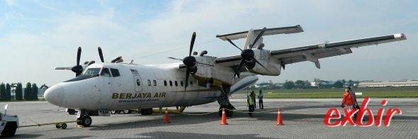 Mit dem Billigflieger um die Welt: Berjaya Air fliegt relativ günstig mit selten Dash 7  abgelegene Inseln in Malaysia  wie Palau Tioman an.  Foto: Christian Maskos