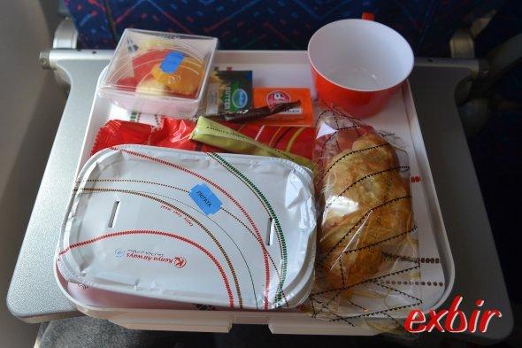 Meal-Service bei Kenya  Airways.  Foto: Christian Maskos