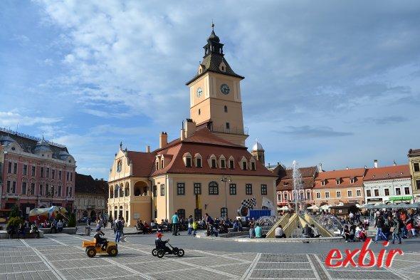 Der malerische Hauptplatz von Brasov mit dem Piața Sfatului (Marktplatz)  und dem historischen Rathaus.  Foto: Christian Maskos