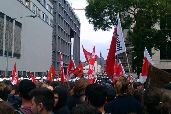 Eine komplett friedlcihe Demonstration - bis die Polizei anfing grundlos auf Demonstranten loszugehen.  Foto: ExbirFan