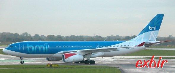 Ein Airbus A 330 von BMI beim Start in Manchester.  Foto: Christian Maskos