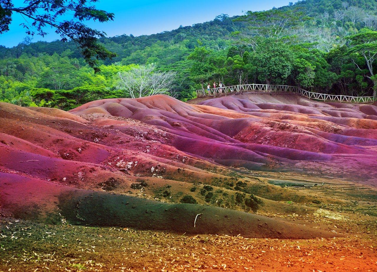 Das Naturphänomen Siebenfarbige Erde auf Mauritius.