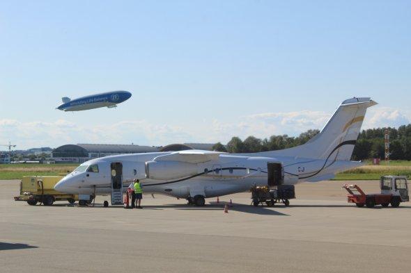 Unsere Dorneir 328 Jet wird vorbereitet, im Hintergrund startet ein Zeppelin.