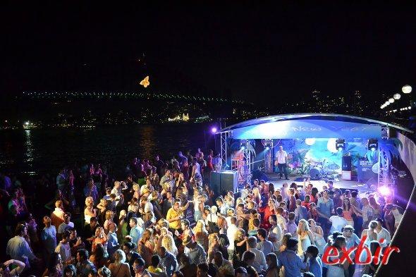 Die Party läuft noch - die brücke ist schon aus.  Foto:Christian Maskos