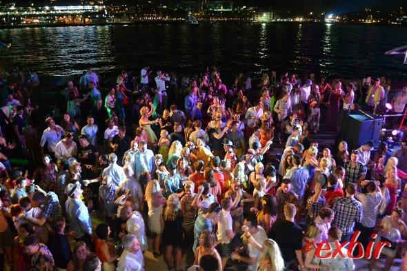 Die Party klingt lansgam ab - der DJ legt die letzten Platten für die Tanzwütigen auf.  Foto:Christian Maskos