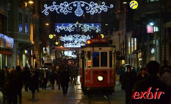 Das pulsierende Herz der Stadt:  Die Istikal Straße in Beyoglu.  Foto: Christian Maskos