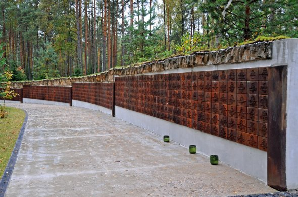 Katyn, Gedenkstätte des Massagers an polnischen Ofiizieren durch Russen. vThe wall contains the names of the known victims.   Those who died at Katyn included an admiral, two generals, 24 colonels, 79 lieutenant colonels, 258 majors, 654 captains, 17 naval captains, 3,420 NCOs, seven chaplains, three landowners, a prince, 43 officials, 85 privates, and 131 refugees. Also among the dead were 20 university professors; 300 physicians; several hundred lawyers, engineers, and teachers; and more than 100 writers and journalists as well as about 200 pilots.