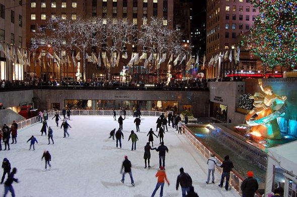 Schlittschuhläufer im Rockefeller Center.