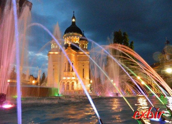Springbrunnen vor der der Orthodoxen Kathedrale in Cluj-Napoca bei Nacht.  Foto: Christian Maskos
