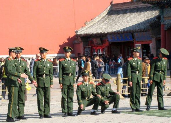 Chinesisches Millitär vor der verbotenen Stadt in Peking