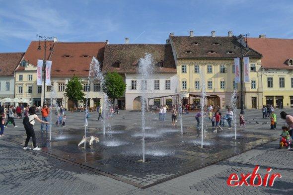 Hauptplatz vin Sibiu mit Sprinbrunnen.  Foto: Christian Maskos