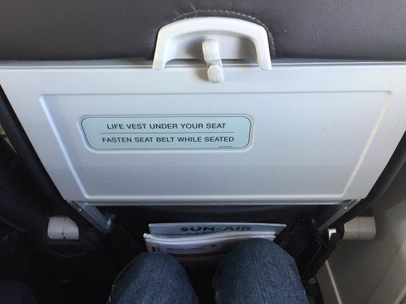 Für ein Regionalflugzeug genug Abstand und bequeme Sitze.