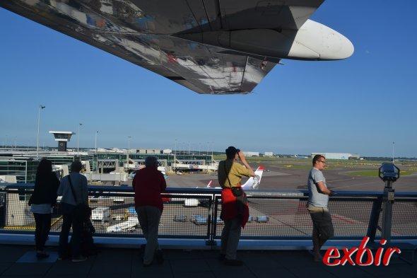 Im Schatten der  Tragfläche der KLM Fokker 100 schauen Spotter dem Geschehen auf dem Vorfeld zu.  Foto: Christian Maskos