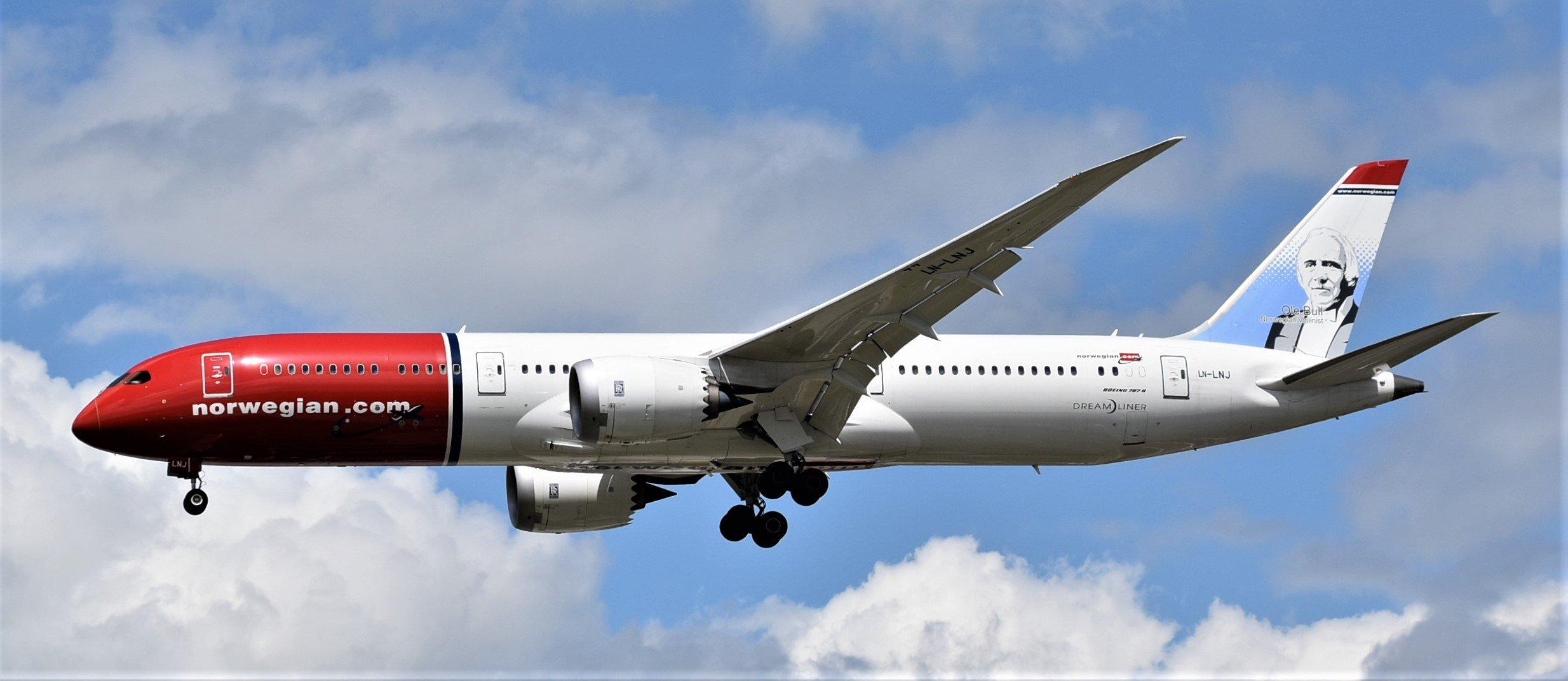 Ein Dreamliner von Norwegian im Anflug auf London-Gatwick