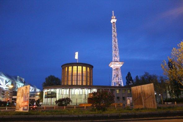Berliner Messegelände bei Nacht.
