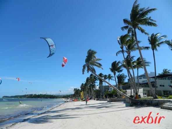 """Boracay ist auch bei Kite-Surfern  mega beliebt.  Den ganzen Tag kann man die """"Schirme""""  am Himmel  sehen.  Foto: Christian Maskos"""