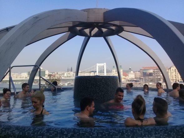 Tolle Aussicht auf die Stadt udn Donau aus dem warmen Thermalwasser aus dem Pool auf der Dachterasse des Rudas-Bades.