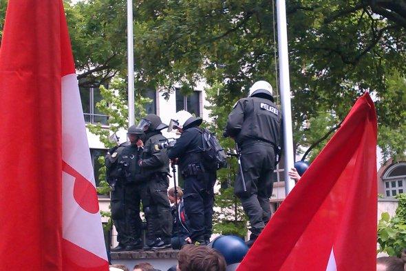 In voller Kampfmontur wie für einen Kriegseinsatz - die Bundespolizei im Einsatz gegen alle die sich gegen Bankendiktatur zur wehr setzen wollen.  Foto:  ExbirFan