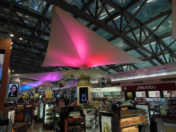 Shopping Mall im Flughafen Bangkok  Suvarnabhumi ©Foto: Exbir Travel, C. Makos