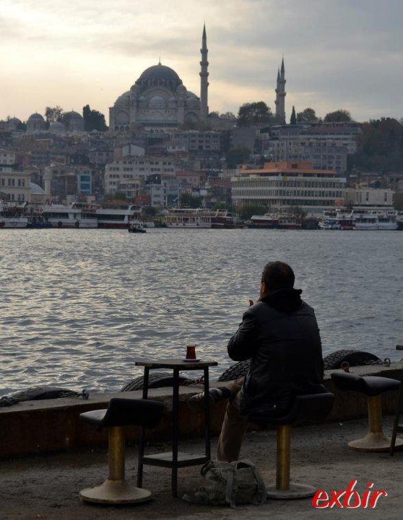 Einfaches Straßencafe,  Tisch, Stühle eine Tasse Tee und herrliche Aussicht: Das Istanbul der istanbuler abseits der Touristenströme.  Foto: Christian Maskos