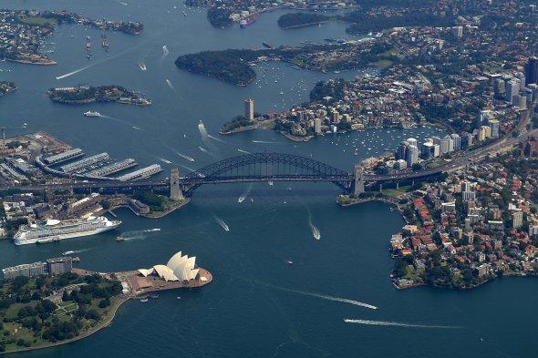 Blick auf die weltberühmte Harbour Bridge beim Abflug von Sydneys Kingsfor Smith Airport.
