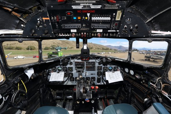 Duane Emeny ist selbst Pilot.  Hier das Cockpit der DC 3 ZK-AWP.  Foto: Air Chathams