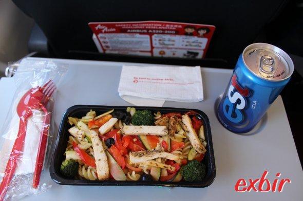 Air Asia Berhad Pasta Meal.  Kosten 10 Ringit (ca. 2,10€)  Foto: Christian Maskos