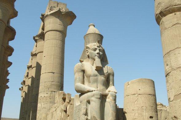Sitzender Ramses im Luxor Tempel.