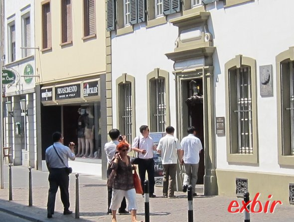 Chinesische Touristen betreten das Kark Marx Haus in Trier