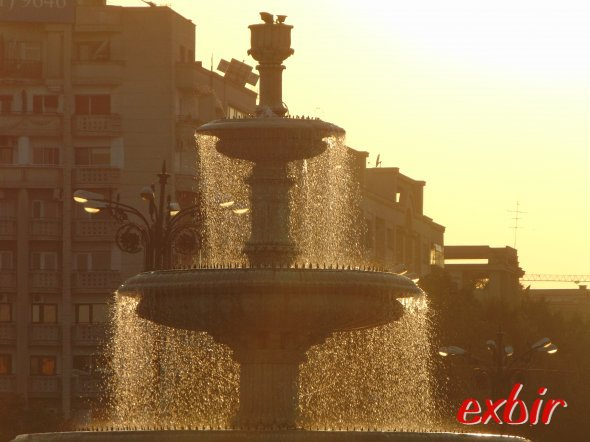 Romania´s capital Bucharest.  Fountains at Uniri Boulevard.  photo: Christian Maskos