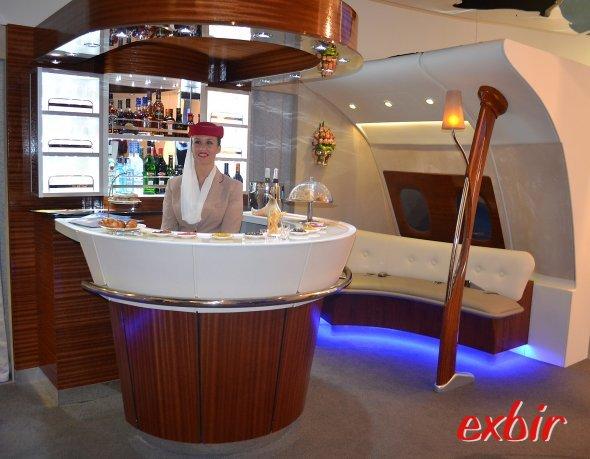 """Nachbau der luxeriösen """"Clubbar"""" von Emirates wie auf der Linie im Airbus A 380-800 angeboten. Foto: Christian Maskos"""