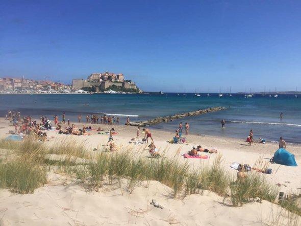 Traumhafte Aussicht am Strand von Calvi.