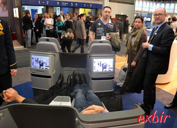 Kaum Platz für die Füße: Die neue Businessclass von Lufthansa geht neue Wege, man liegt schräg und hat nur noch einen kleinen Fußraum.  Foto: Christian Maskos