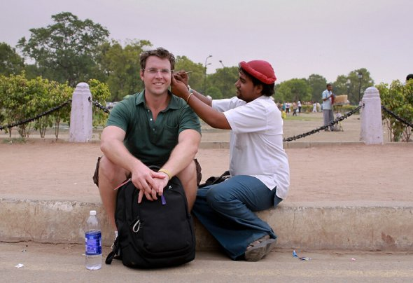 Ear-cleaning - India Gate