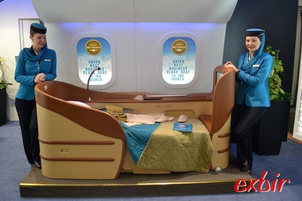 Bequemer als so manches Bett: Der Businessclasssitz vom Oman Air.  Ein Unterschied zur Firts-Class von Lufthansa war kaum zu bemerken. Foto: Christian Maskos
