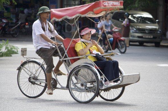 Eine der zahlreichen Fahrradrikschas in der vietnamesischen Hauptstadt Hanoi