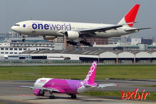 Peach Avitaion - unten mit Airbus A 320 - nimmt es mit JAL und ANA im Inlandsmarkt auf und erweitert das Streckennetz.  Foto: Christian Maskos