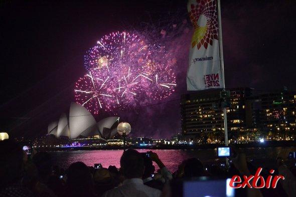 Feuerwerk  auch über dem Opernhaus - auch wenn dieses Foto vom21:00uhr Feuerwerkstammt.Foto: Christian Maskos
