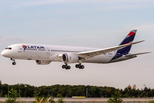 Ein Dreamliner von LATAM im Endanflug auf Frankfurt