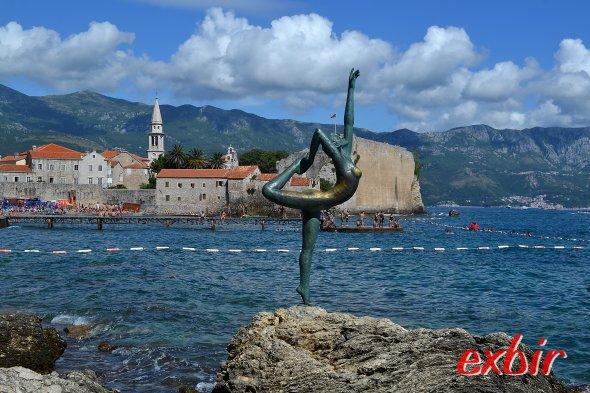 Meerjungfrau und Altstadt von Budva - eines der bekanntesten Fotomotivein Budva.  Foto: Christian Maskos