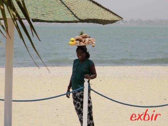 Verkäuferin in Banjul. Foto: Wolfgang Hesseler