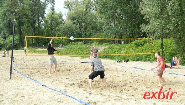 Beim Beachvolleyball in der Fanzone direkt vor dem Nationalstadion in Warschau haben die Fans die Möglichkeit sich auszutoben.  Foto: Christian Maskos