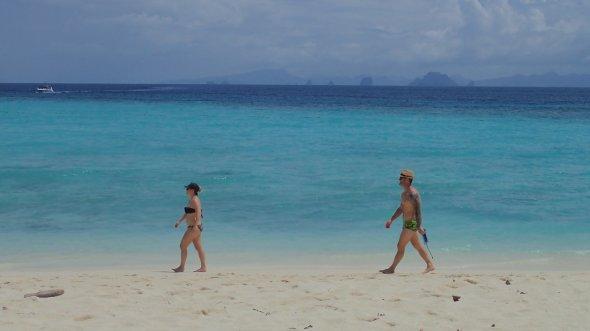 2 Urlauber beim Strandspazierung an einem der Strände auf Phuket