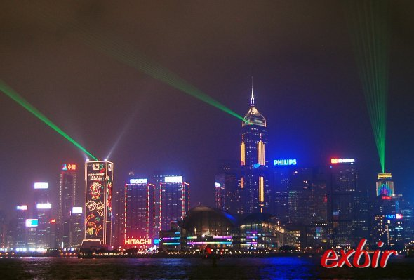 Nächtliche Lasershow  in Hong Kong von Kowloon fotografiert.
