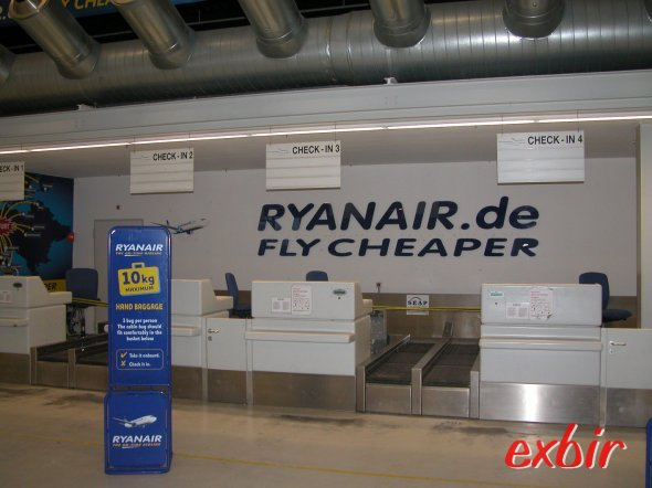 Damals gab es bei Ryanair noch einen klassischen Check-In und gratis Gepäckaufgabe.  Heute zahlt man nur noch für das was man wirklich möchte - den reinen Flug - und checkt einfach zu Hause selber ein. Foto: Christian Maskos