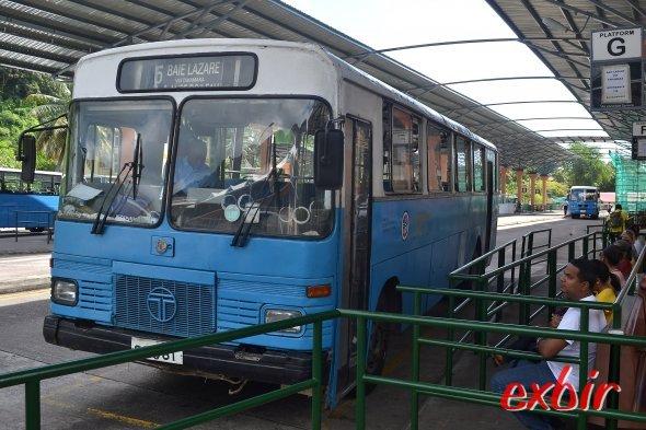 Linienbus Nummer 6 fährt von Victoria aus weit in den Süden bis nach Takamaka bay und Baie Lazare.  Ideal für eine Inselerkundung auf Mahe.  Foto: Christian Maskos