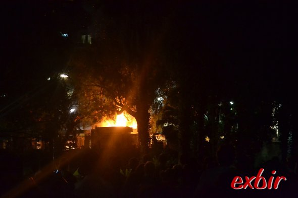 Und plötzlich ein unfreiwilliges Feuerwerk.  Ein Imbißwagen brannte aus und die Gasflaschen explodierten.Foto: Christian Maskos