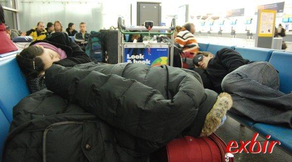 Viele Passagiere bervorzugen den Airport zum schlafen.  Foto: Christian Maskos