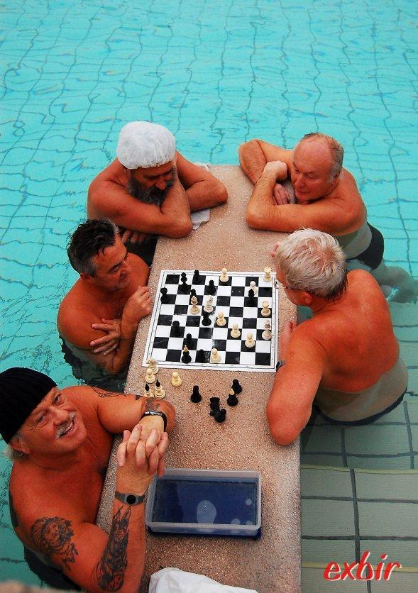 Im warmen Thermalwasser treffen sich auch die Schachspieler.  Ein typisches Bild im Szechenyi Bad.  Foto: Christian Maskos