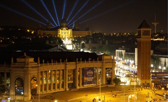 Der Plaza Espana bei Nacht mit Lasershow.  Aussicht von der Dachterasse des Shoppingcenter in der ehemaligen Stierkampfarena.  Zugang gratis.